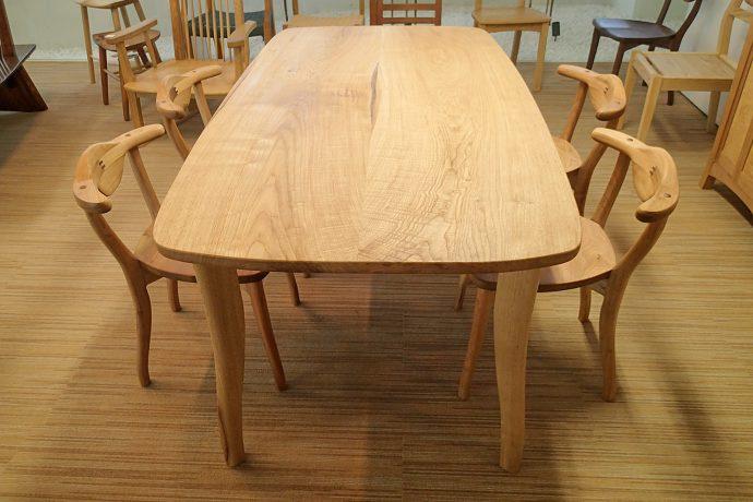 クルミ材のテーブル